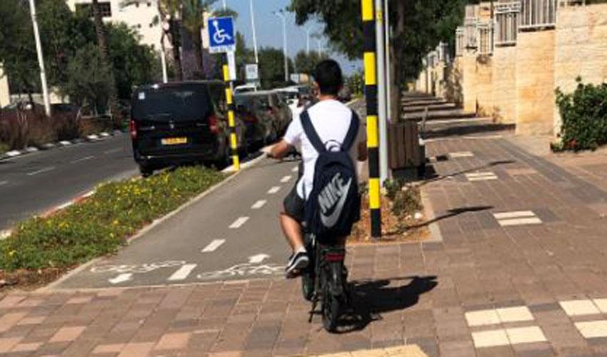 ילד רוכב על אופניים בלי קסדה (צילום: עמותת אור ירוק)
