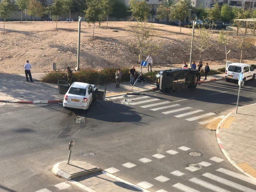 מכונית הפוכה בתאונה ברחוב עמק זבולון (צילום: מוטי סמברנו)