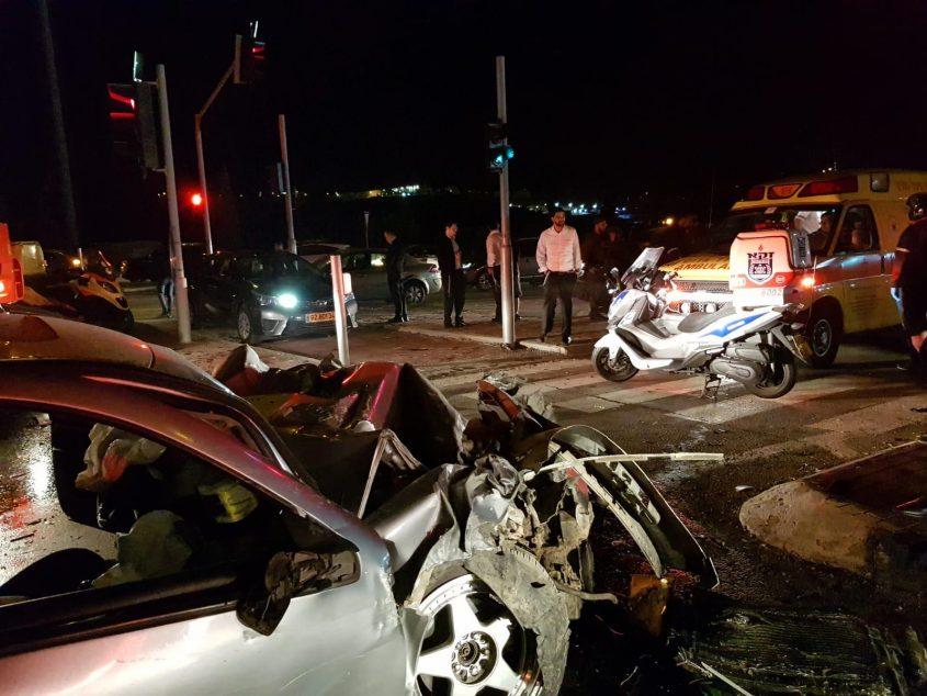 """זירת התאונה בכביש 443 (צילום: דוברות זק""""א)"""