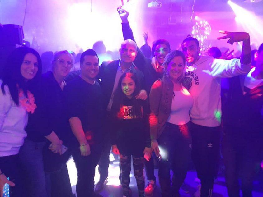אדלה עם אורחי המסיבה וסגן ראש העיר אילן בן סעדון (צילום: מירב הרשקו)