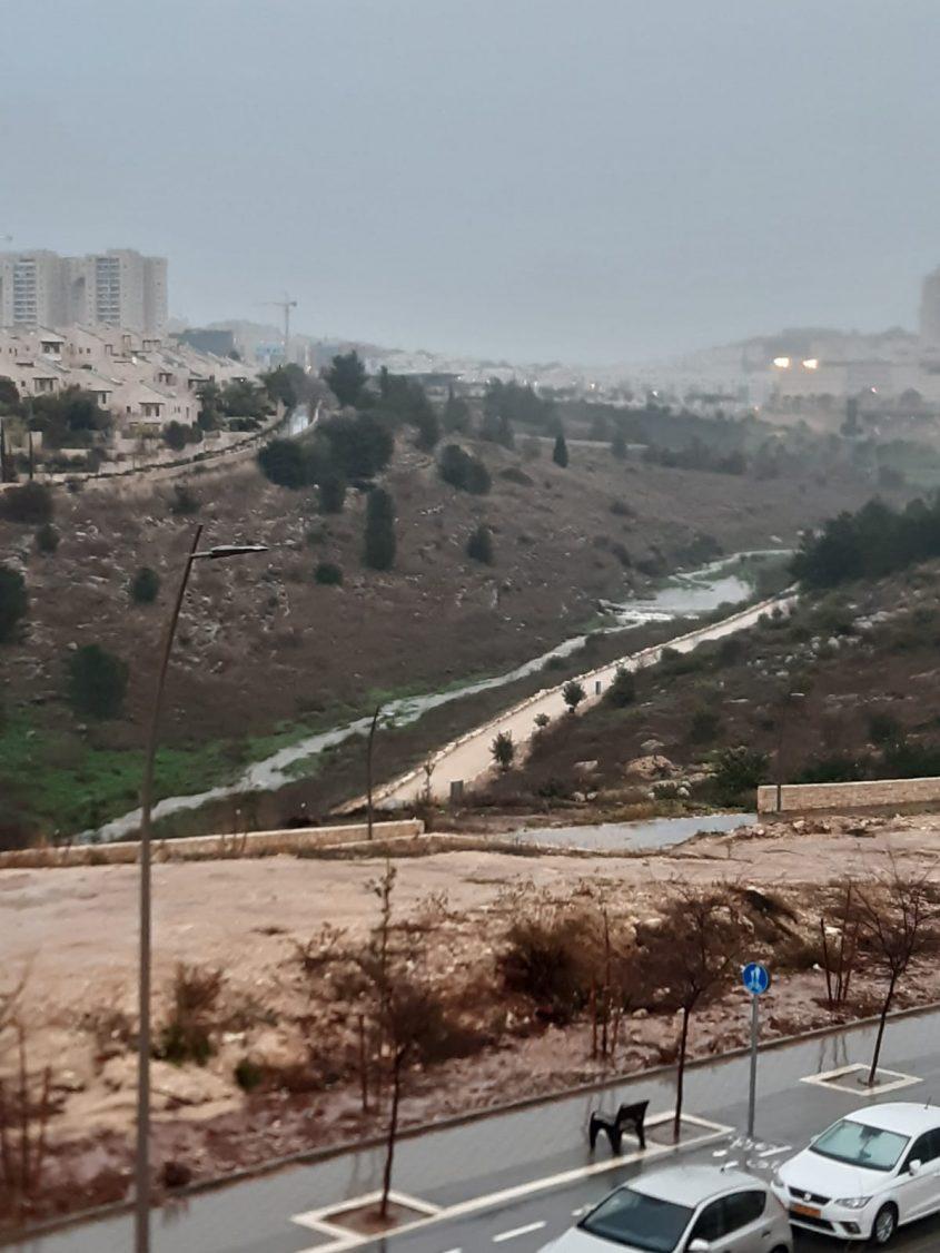 מי הנגר העילי מגיעים דרך נחל ענבה לים במקום לחלחל לאקויפר ההר (צילום: ליאור בן דור)