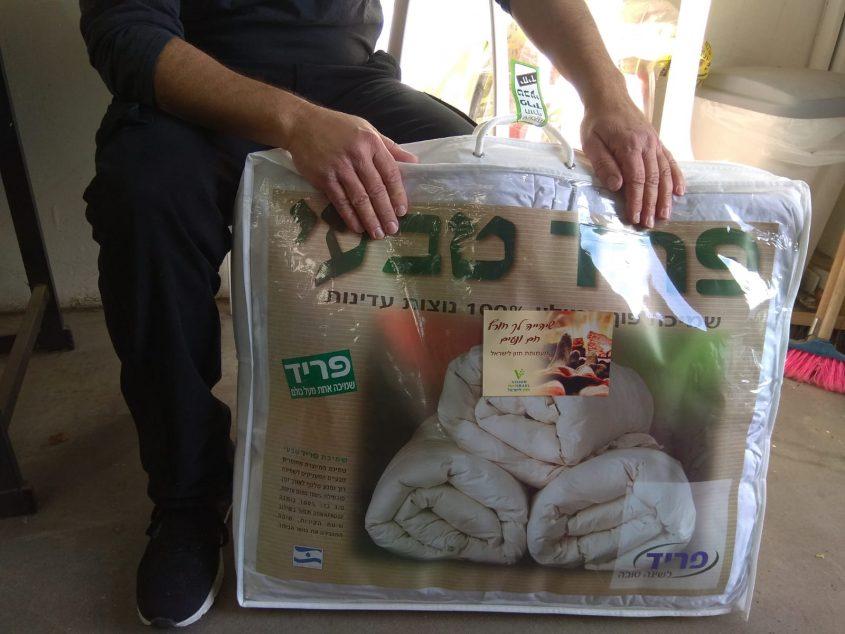 חלוקת שמיכות חורף למשפחות נזקקות (צילום: דוברות עיריית מודיעין מכבים רעות)