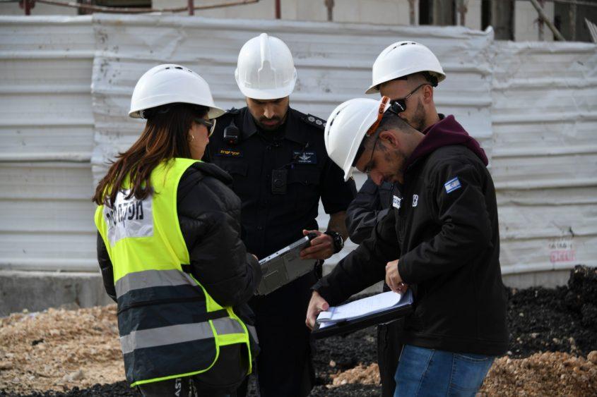 מבצע אכיפה לבטיחות באתרי הבנייה במודיעין (צילום: דוברות המשטרה)