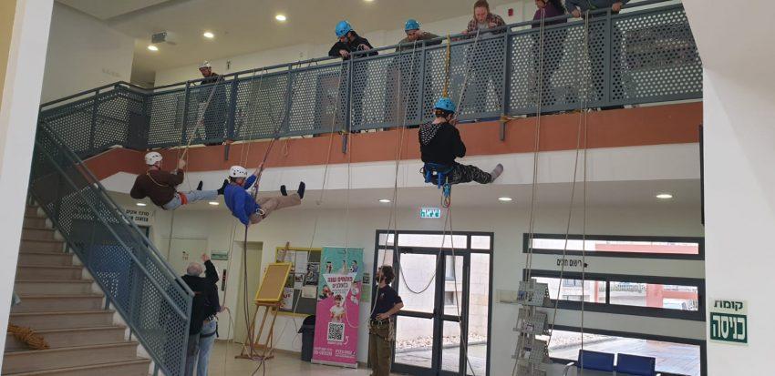 צוות חילוץ מגובה (צילום: דוברות עיריית מודיעין מכבים רעות)