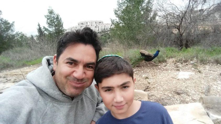 יונתן ואביו, דני, עם הטווס (צילום: פרטי)