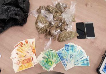 סמים וכסף מוזמן שנמצאו ברכבו של נהג מונית (צילום: דוברות המשטרה)