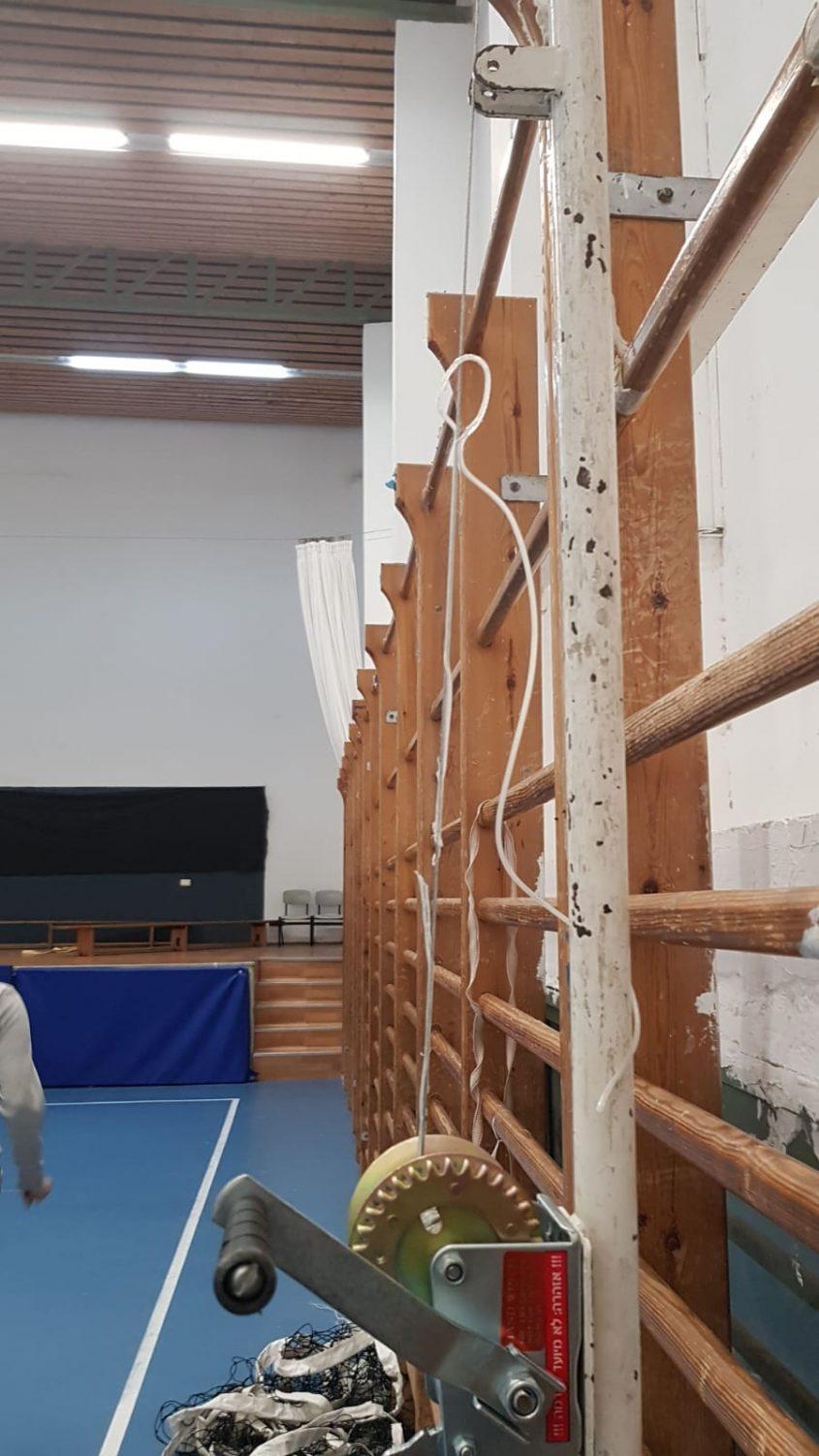 כננת לא תקינה באולם בית הספר הדמוקרטי במודיעין (צילום: שחקניות הכדורשת במודיעין)