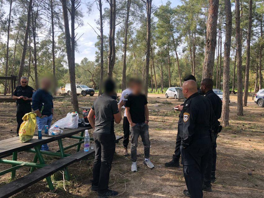מבלים ביער בן שמן בניגוד להנחיות משרד הבריאות בזמן משבר הקורונה (צילום: דוברות המשטרה)