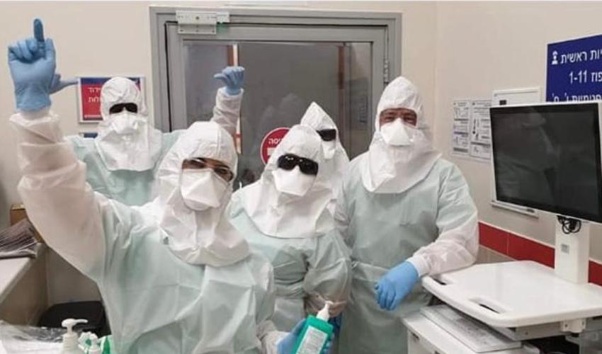 צוות הרפואה במחלקת המבודדת לחולי קורונה בבית החולים אסף הרופא (צילום: פרטי)
