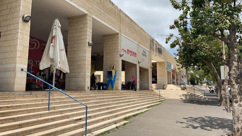 """מרכז מסחרי מרל""""ז בימי משבר הקורונה (צילום: נהר גפן)"""