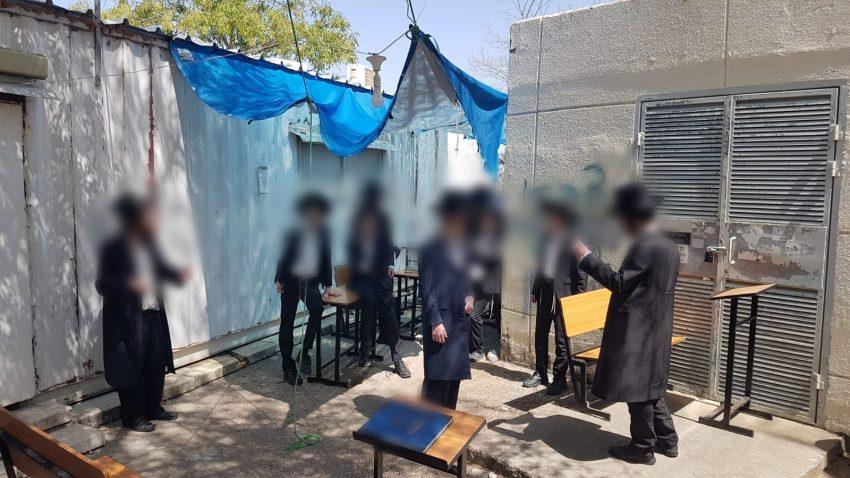 מתפללים בית הכנסת במודיעין עילית, בניגוד להנחיות משרד הבריאות בעת ימי הקורונה (צילום: דוברות המשטרה)