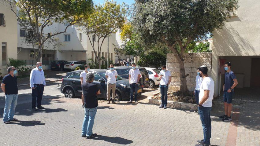 תלמידים קוראים קדיש ליד בתים של הורים שכולים - יום הזיכרון לחללי מערכות ישראל ולנפגעי פעולות האיבה 2020 (צילום: אבישי כהן)
