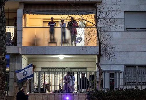 דגלי ישראל במרפסות (צילום: Tsafrir Abayov / AP)
