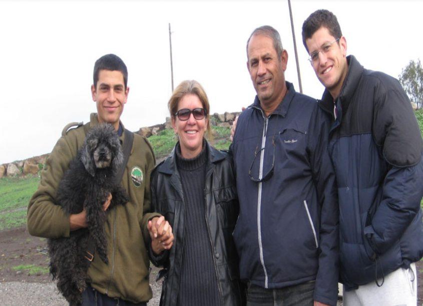 """סמ""""ר עוז צמח ז""""ל (משמאל) עם הוריו חיים ורונית ואחיו (צילום: באדיבות המשפחה)"""
