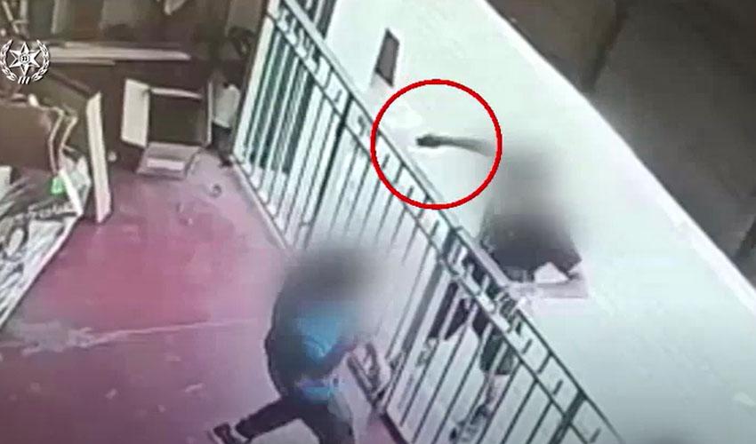 תיעוד מתוך מצלמות האבטחה של נאשם בניסיון שוד בחנות במודיעין (צילום: דוברות המשטרה)