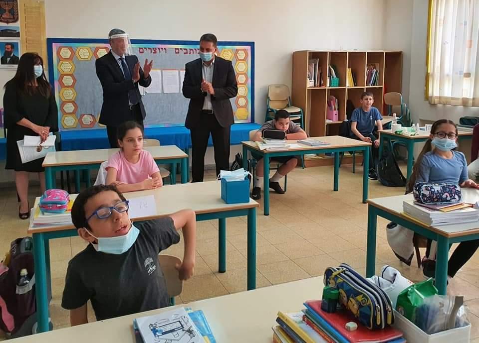 שר החינוך רפי פרץ וראש העיר חיים ביבס בסיור בבתי הספר בעיר (צילום: דוברות עיריית מודיעין מכבים רעות)