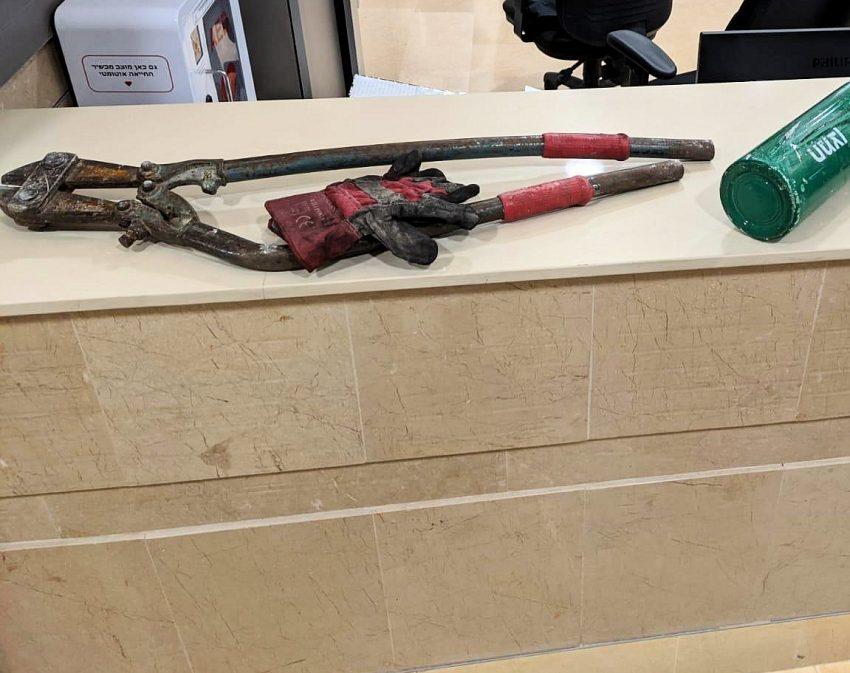 כלי הפריצה של השודדים (צילום: דוברות עיריית מודיעין מכבים רעות)