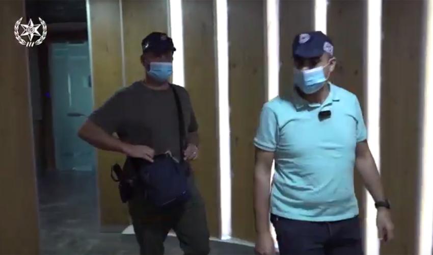פשיטה על עוקץ קשישים (צילום: דוברות המשטרה)