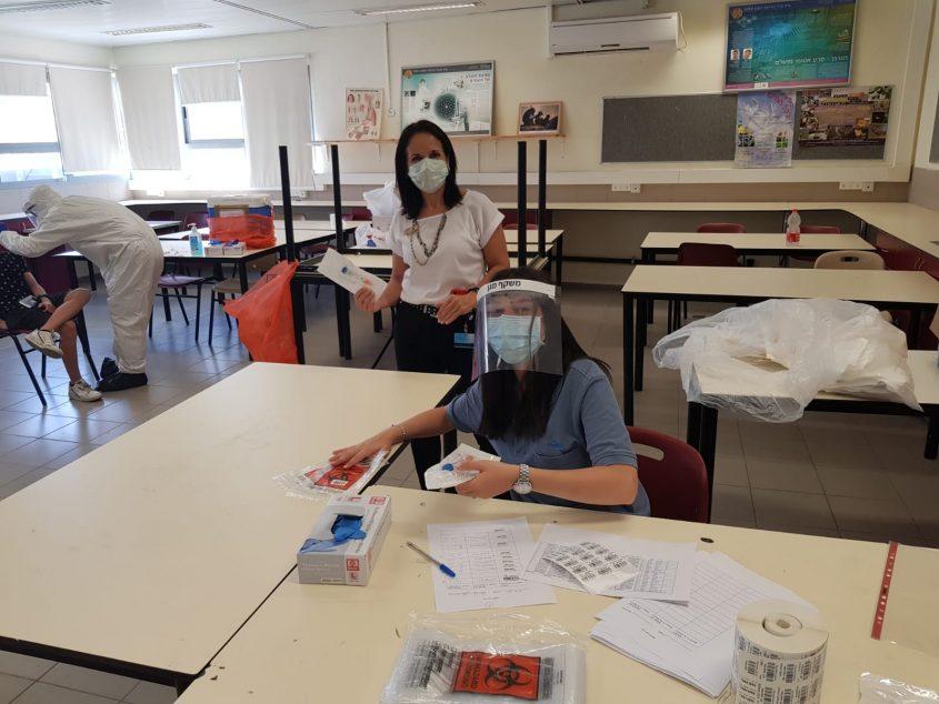 בדיקות הקורונה בעירוני ד' (צילום: דוברות מכבי שירותי בריאות)