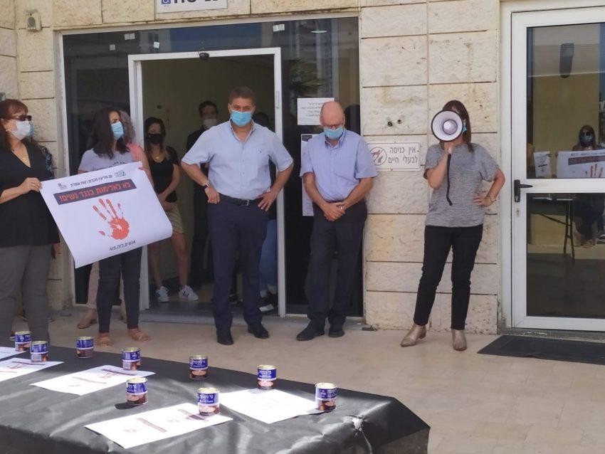 מחאה בבניין העירייה כנגד אלימות כלפי נשים (צילום: דוברות עיריית מודיעין מכבים רעות)