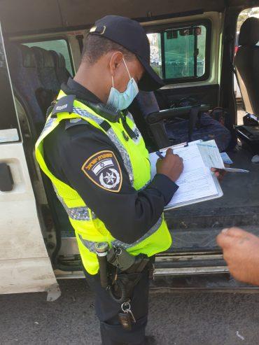 מבצע לאכיפת רכבי הסעות בכביש 443 (צילום: דוברות המשטרה)