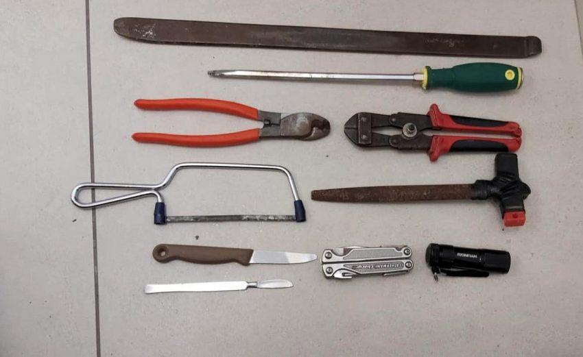 כלי הפריצה שאיתם נתפסו החשודים (צילום: דוברות המשטרה)