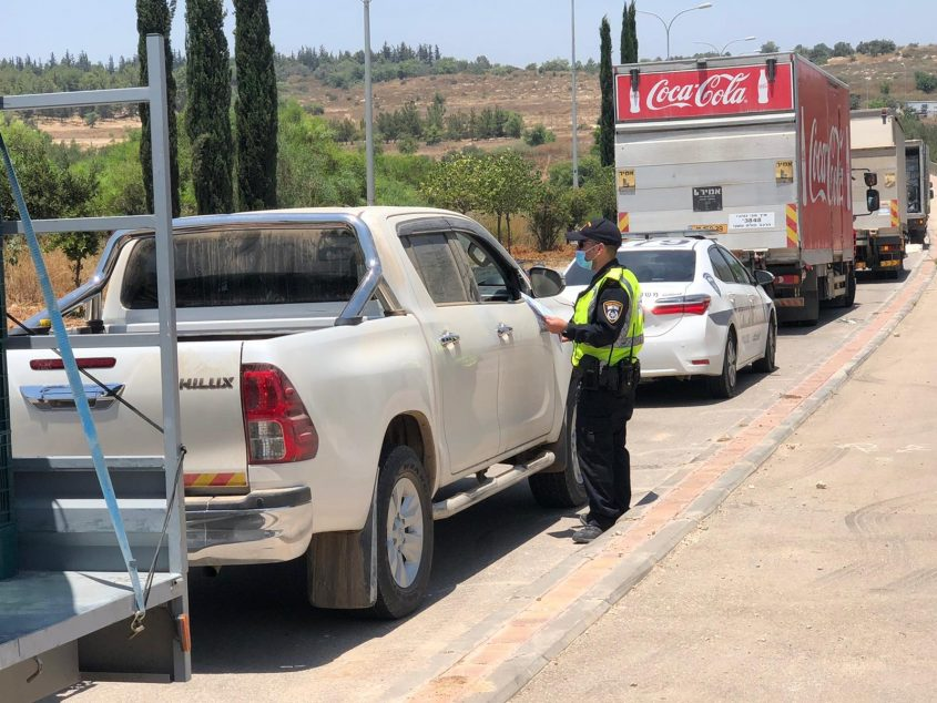 מבצע משטרתי לאכיפת עבירות בקרב נהגי משאיות (צילום: דוברות המשטרה)
