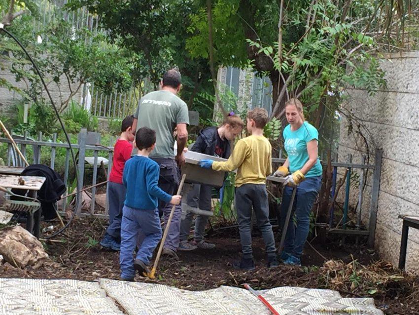 הקמת מטבח חוץ - בית הספר דורות (צילום: דוברות עיריית מודיעין מכבים רעות)