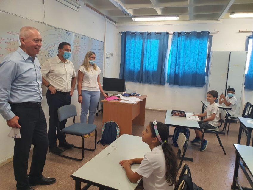 ביקור השר גלנט במוסדות החינוך בעיר (צילום: דוברות עיריית מודיעין מכבים רעות)