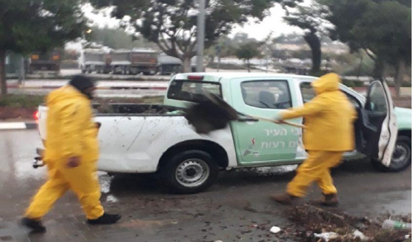 טיפול בנזקי הסופה (צילום: דוברות עיריית מודיעין מכבים רעות)