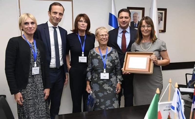 חתימת ההסכם עם נשיא הפרלמנט האזורי באיטליה (צילום: דוברות עיריית מודיעין)